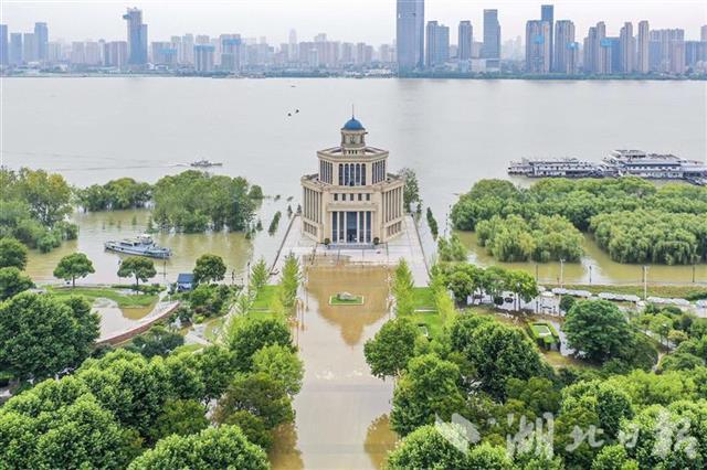 武汉汉口江滩建成后首次过水行洪