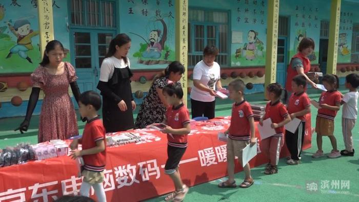 爱心企业到高新区青田举门幼儿园开展捐赠活动