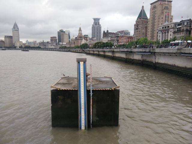 上海外滩水位已高于路面?东海航海保障中心:拍摄角度问题,离警戒线远着呢