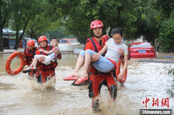图为消防人员救援南平洪灾受困民众。 消防供图