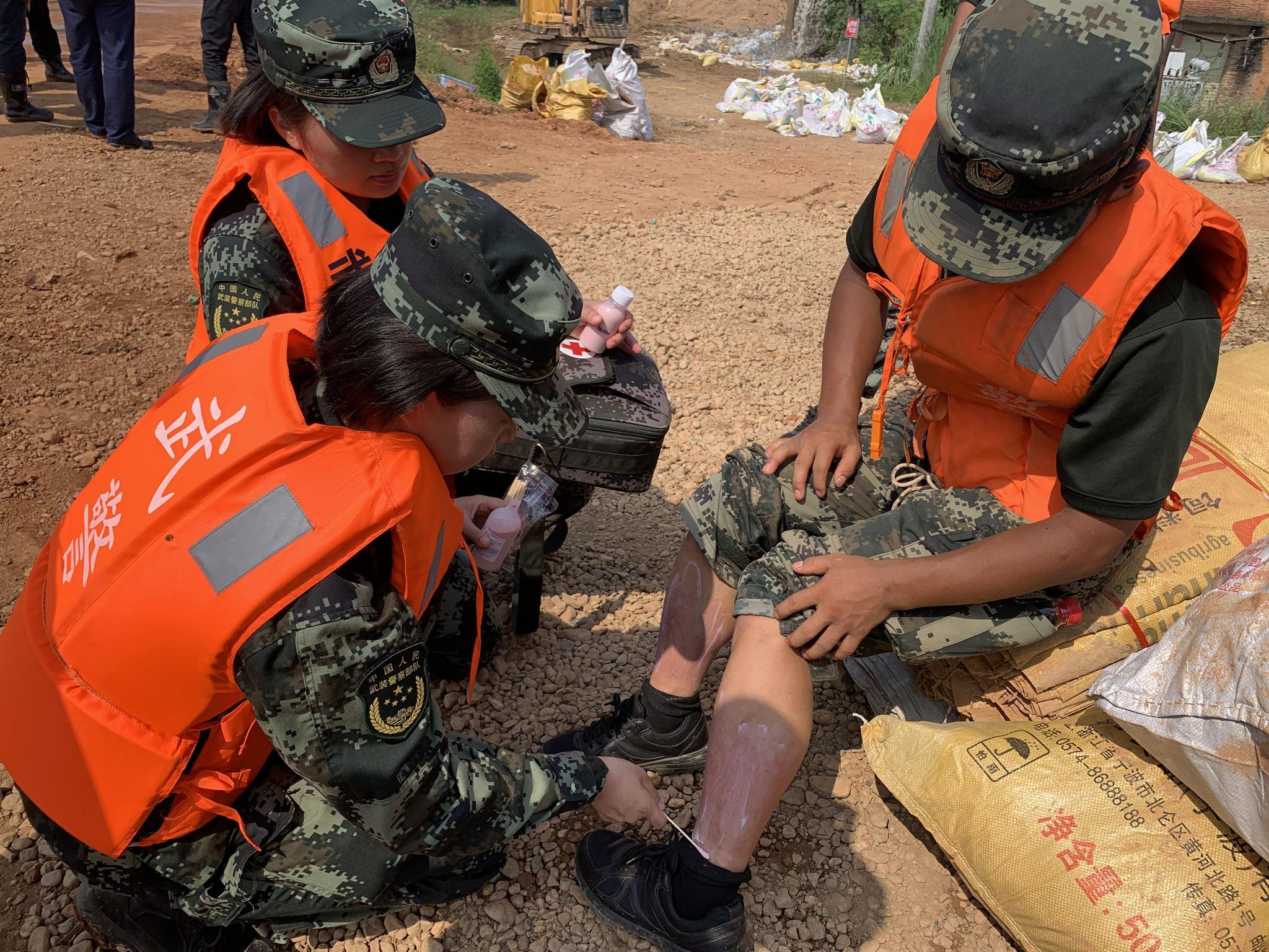 「杏悦」阳堤坝上的武警官兵暴晒杏悦和高强度劳动致晒图片
