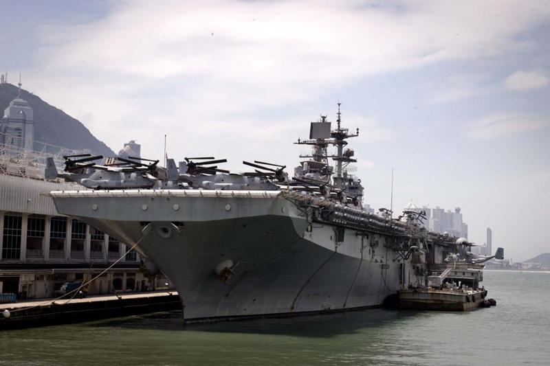 """2013年9月18日,美国""""好人理查德""""号两栖攻击舰经停香港,进行5天的休整。新华社记者 何靖嘉 摄"""