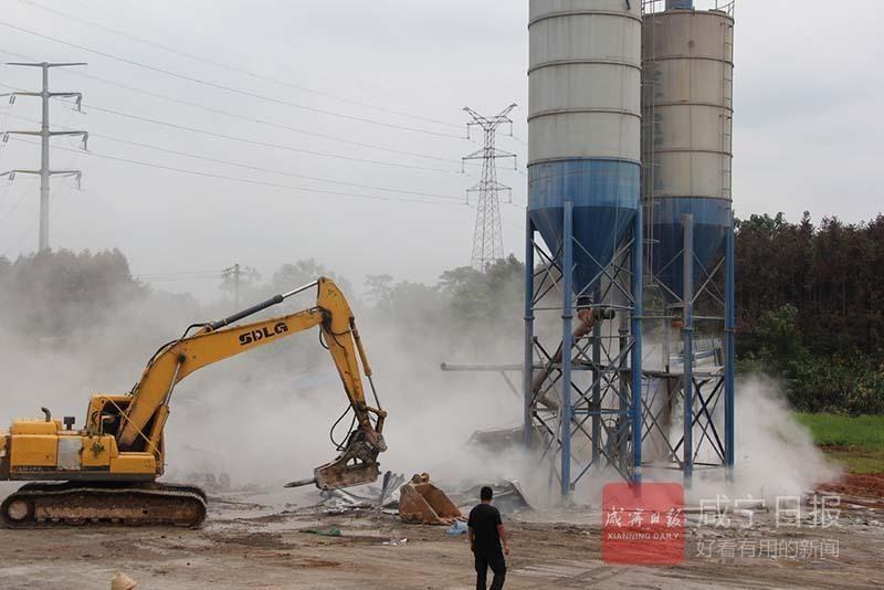 咸宁市多部门联合执法 非法搅拌站被强制拆除