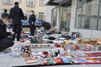 云南警方打掉一特大盗窃团伙:两嫌犯系毒友,赃物铺满篮球场