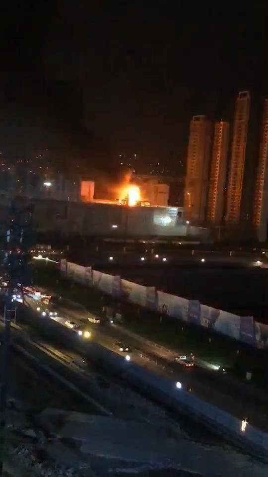 成都新都区大丰一在建工地发生火灾 明火已扑灭
