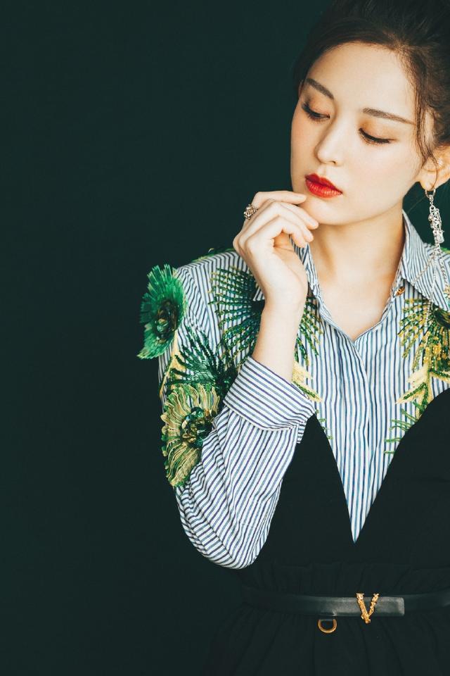 娜扎挑战森系初夏穿搭 绿色刺绣条纹衫搭连衣裙精致利落