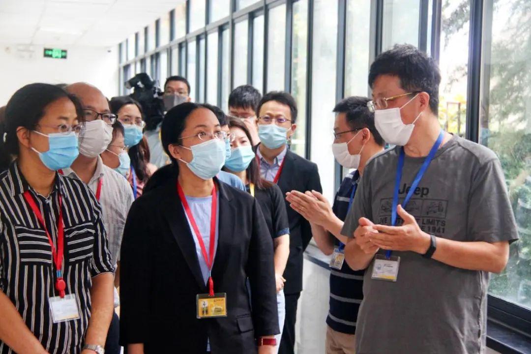 """中心組專家向考生家長代表介紹評卷流程 本文圖片均為""""上海教育""""微信公號 圖"""