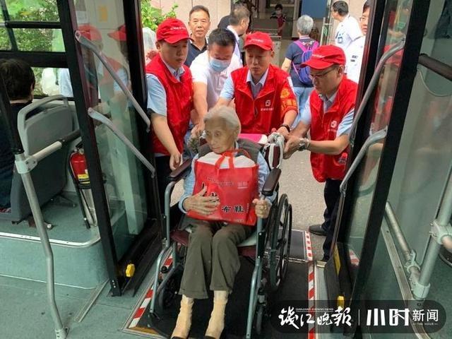 公交车变身搬家车厢,这群公交志愿者好暖