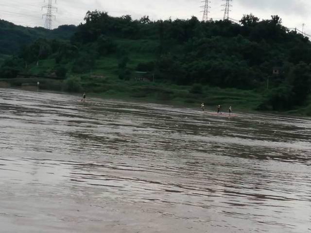 四川7人迎洪水冒险漂流2人失联   5人自救上岸