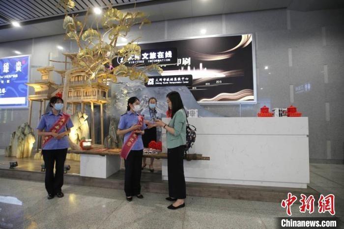 该站积极与航空、公路、公交等运输部门配合开展旅游文化宣传,甄选服务人员作为全域旅游宣传员。 张云 摄