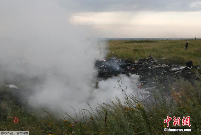 图为马航MH17客机在顿涅茨克地区坠毁现场。