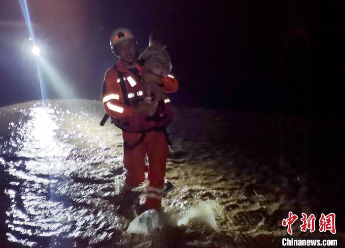 救火员抱着一名小孩紧要转移。泸州消防提供