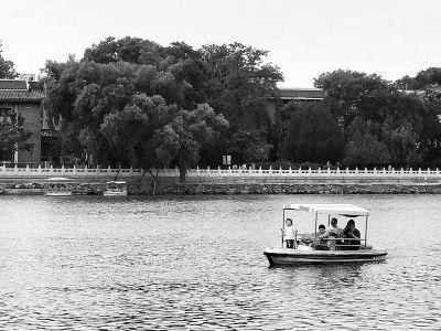 引水渠里游泳 公园湖上撞船 孩子这么玩水有点悬