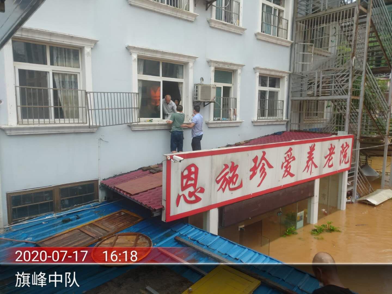 杏悦,施一养老院被淹救援队杏悦紧急转移28图片