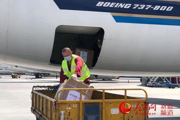 武汉核酸检测医疗队携带了核酸提取仪、PCR扩增仪、医用灭活箱等精密仪器设备。(图片均由南方航空提供)