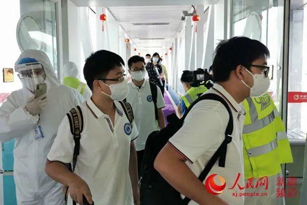 武汉核酸检测医疗队抵达乌鲁木齐,帮助新疆开展核酸检测排查工作。
