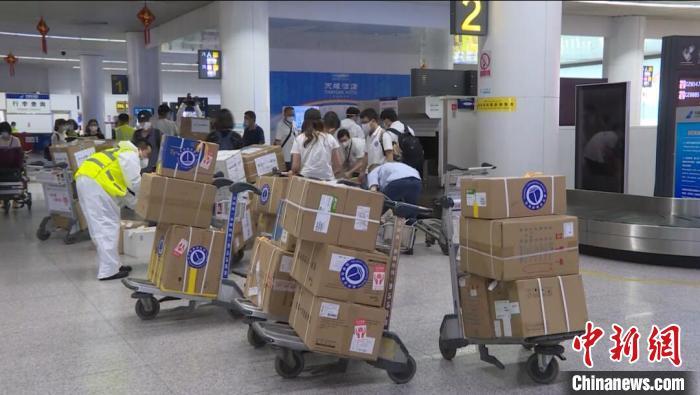 武汉援疆医疗队还同机托运携带了100多件各种医学检测仪器和医用物资。蔡志浩 摄