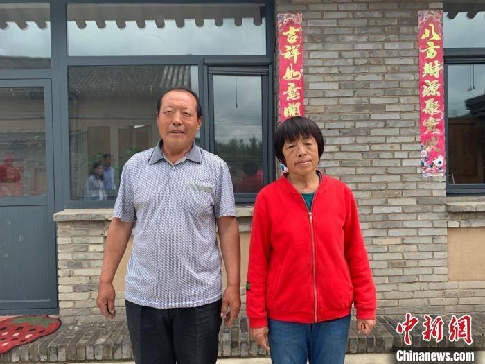 山西省忻州市岢岚县宋家沟乡宋家沟村村民吕如堂向记者讲述自己的脱贫故事。 卞立群 摄