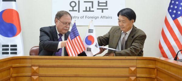 2019年2月10日,韩国外交部韩美防卫费分担谈判代表张元三(右)和美方谈判代表蒂莫西·贝茨在韩国首尔的外交部大楼签署协定。新华社发(韩国外交部供图)