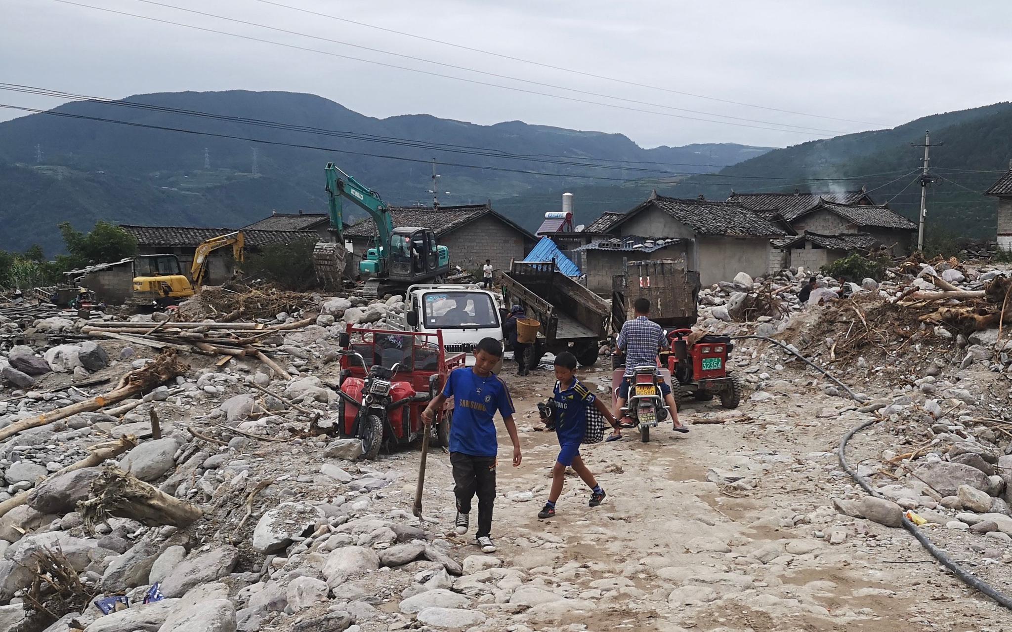 改道的彝海镇曹古河从大马乌村穿过,留下一片散乱。新京报记者 李桂 摄