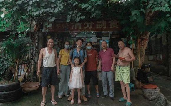 ▲拍摄时代,竹内亮和武汉市民们在陌头合影。受访者供图
