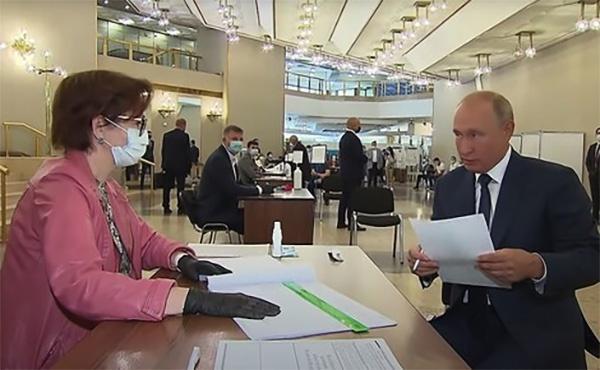 俄宪法修正案投票进入最终阶段,普京未戴口罩赴现场投票