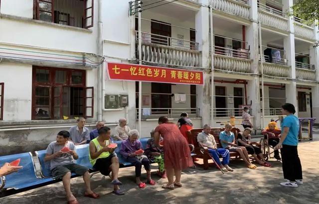 献艺、送暖……连州镇志愿者慰问敬老院老人