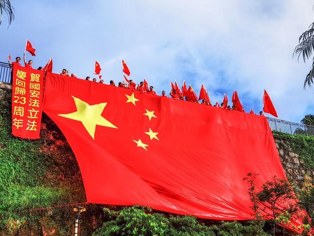 [摩天登录]安摩天登录港安家安巨幅五星红旗飘扬香图片