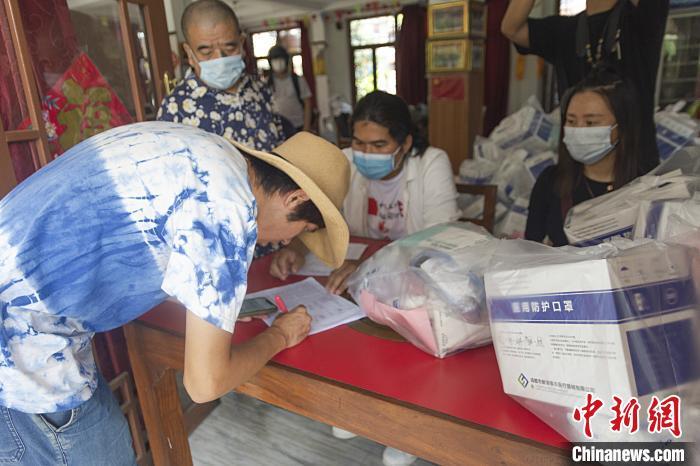 """中国驻尼泊尔使馆向博卡拉中国侨胞和游客发放""""健康包"""""""