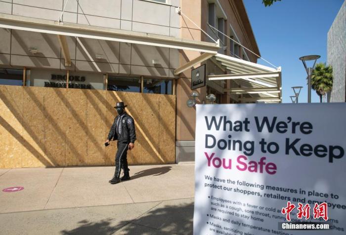 资料图:一位安保人员在美国北加州圣克拉拉县斯坦福购物中心巡逻。中新社记者 刘关关 摄