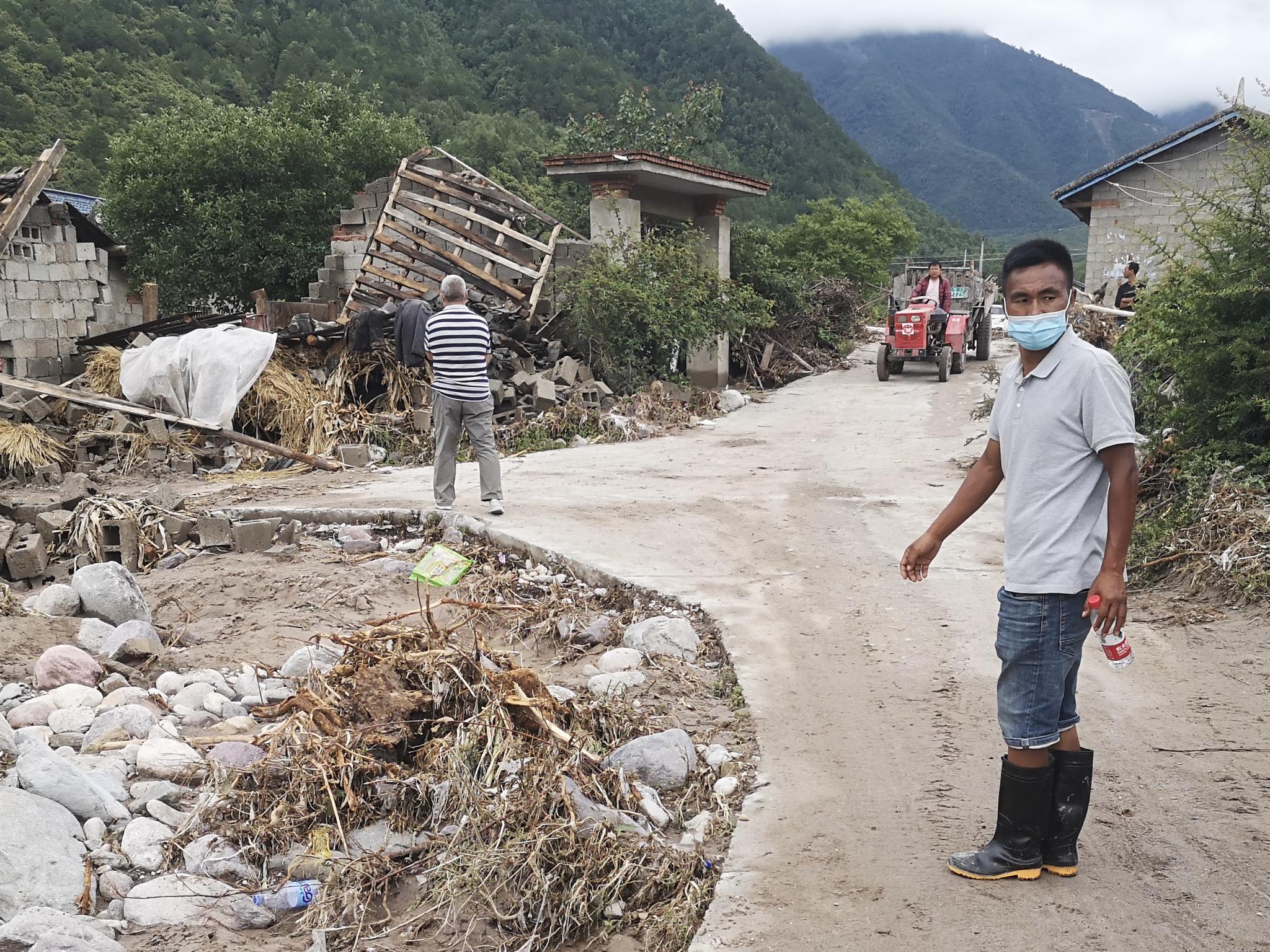 6月30日,吉克伍牛在大堡子村。新京报记者 李桂 摄