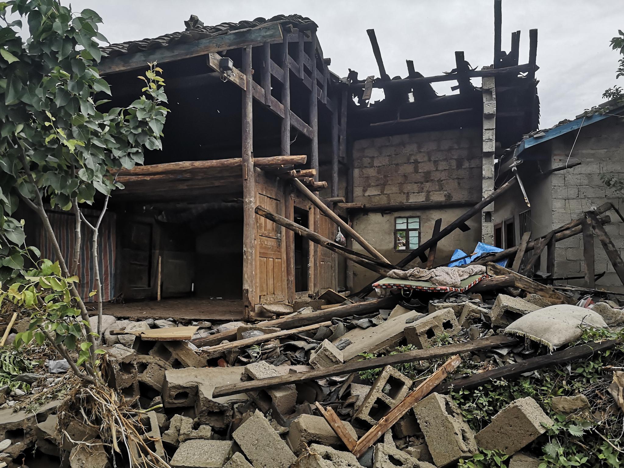 阿娟家被洪水和石块毁掉的房子。新京报记者 李桂 摄