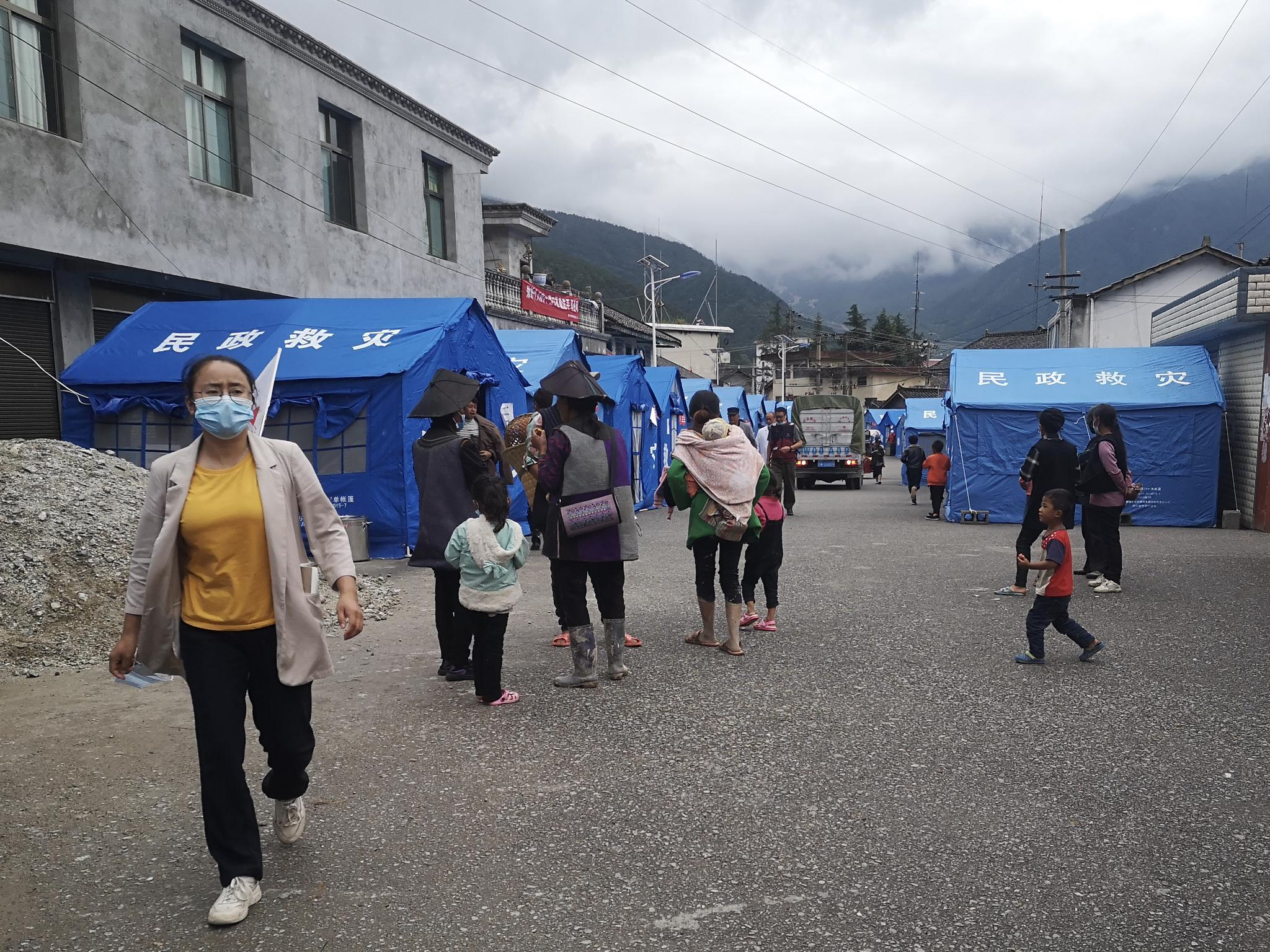 大堡子村村民转移到了原曹古乡乡当局暂时安顿点。新京报记者 李桂 摄