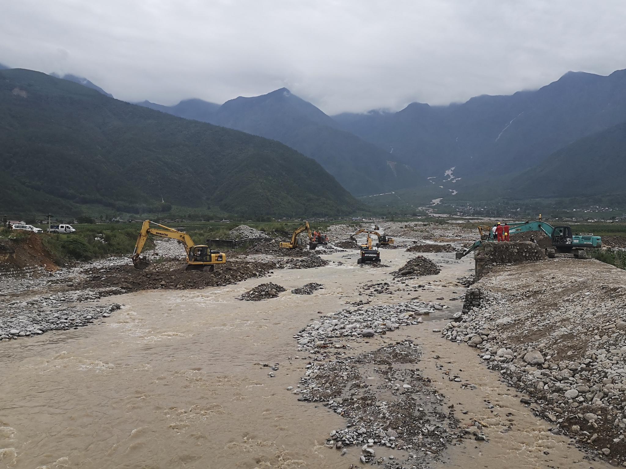 7月1日,发掘机在曹古河内疏通河流。新京报记者 李桂 摄