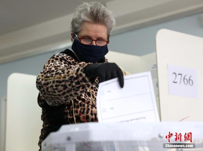 当地时间6月25日,俄民众在莫斯科2766号投票站投票。当天,俄罗斯宪法修正案草案开始进行全民投票。 中新社记者 王修君 摄