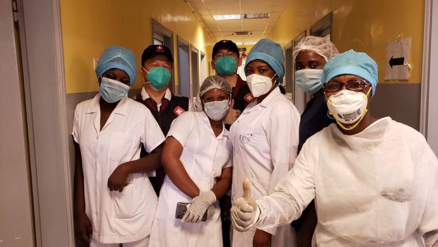 5月26日,在刚果(布)都城布拉柴维尔,中国抗疫医疗专家组与本地一线医务职员交换,引导新冠肺炎病房建立。新华社发