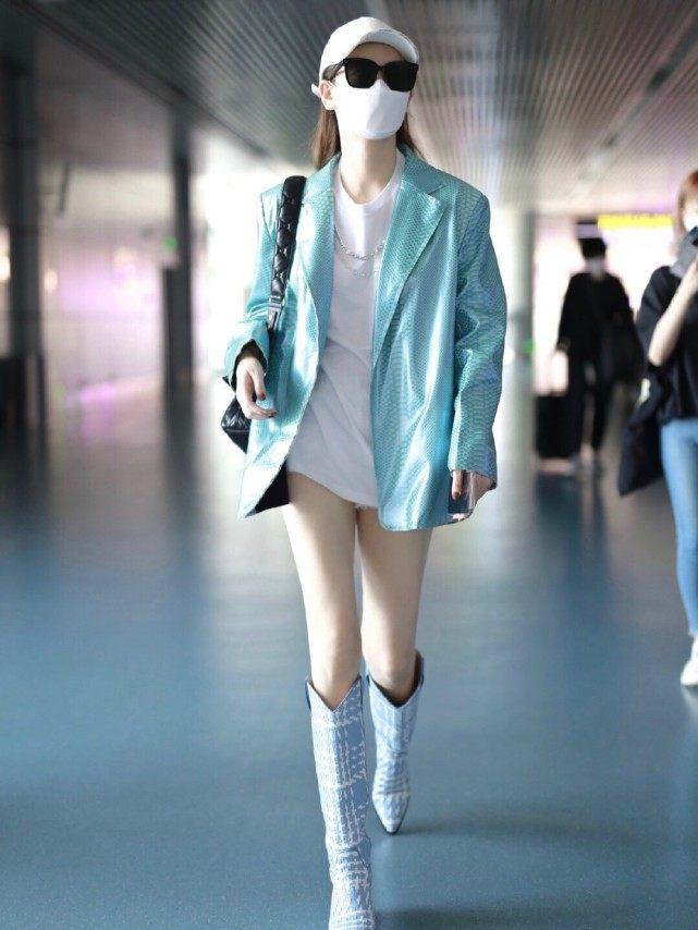 戚薇穿搭霸气十足!淡蓝色西装外套配高靴,嫩白长腿格外吸睛