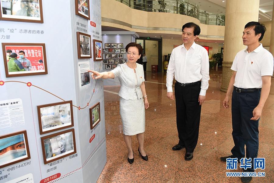 陶明伦到新华社安徽分社调研 观看抗疫图片展