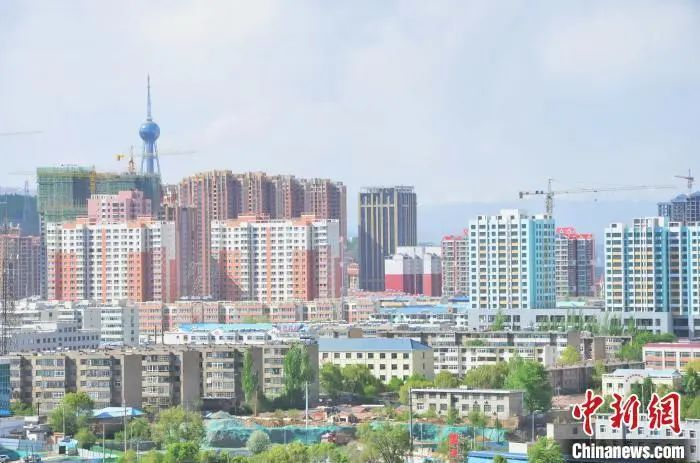 图为西宁市一角的建筑。鲁丹阳 摄