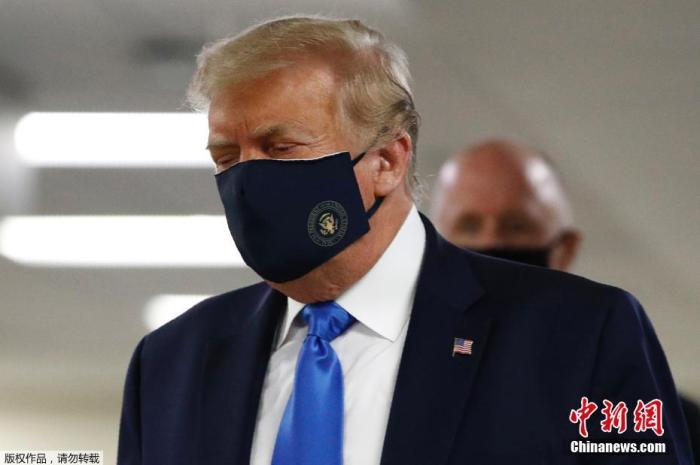 当地时间7月11日,美国总统特朗普在访问一家军事医疗中心时,被拍摄到戴着口罩。