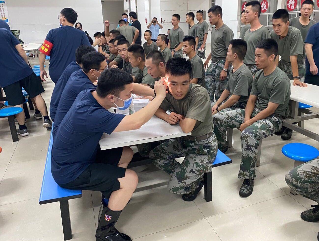 帕让甘鹏燃和同事在抗洪战士集中点为战士们义诊。受访者供图