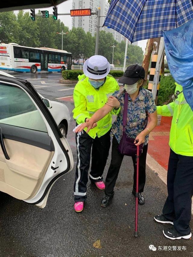 多雨的老人不小心摔倒了 东港交警热情地送他回家