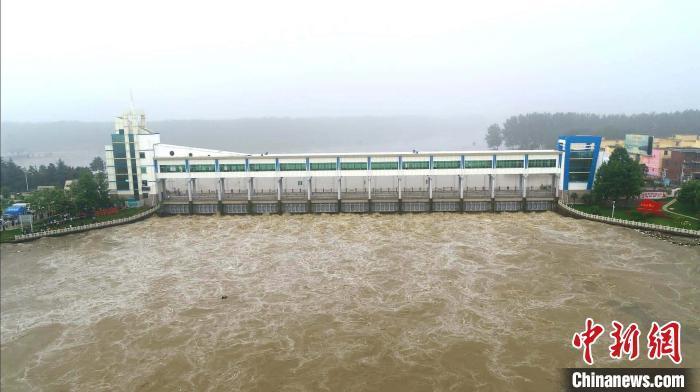 20日,淮河干流王家坝闸开闸泄洪,奔腾的淮河水翻腾至蒙洼蓄洪区。 张强 摄