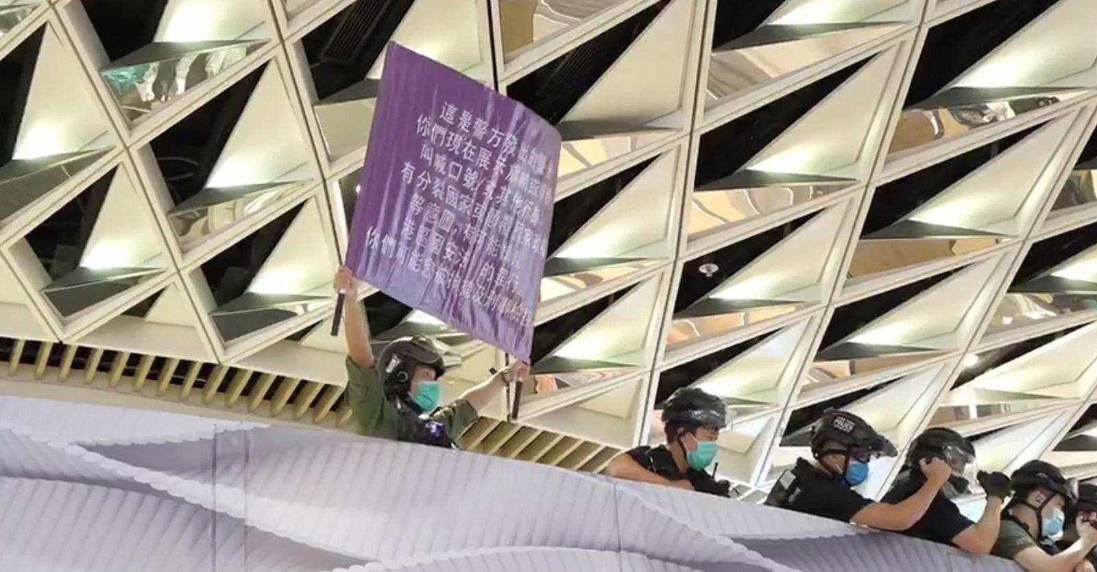 杏悦:香港元朗商场内紫杏悦旗警告图片