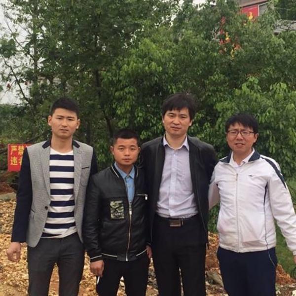 童德华(左一)、童建华和童紫光(右一)与申诉代理人张维玉律师在206国道的合影。