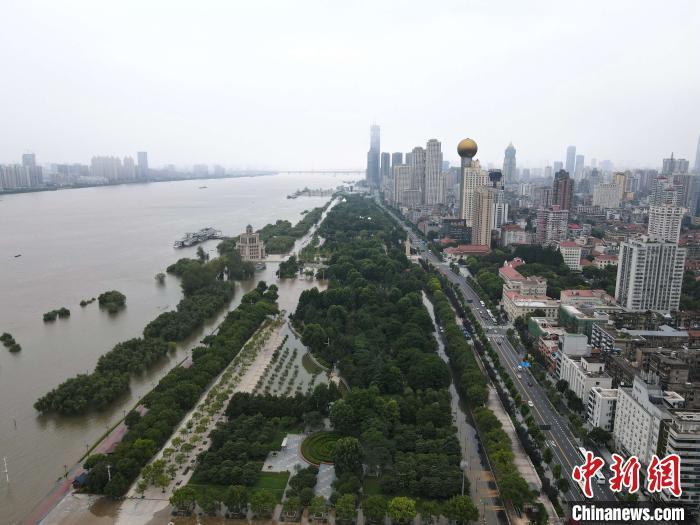 资料图:7月14日,长江洪峰过境后的汉口江滩公园。 邹浩 摄