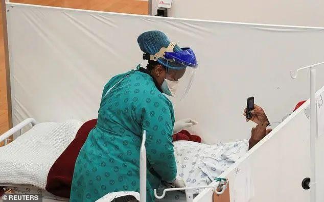 ▲当地时间7月21日,南非开普敦附近的Khayelitsha镇暴发疫情,一名医护人员在临时野战医院救治患者。图据路透社