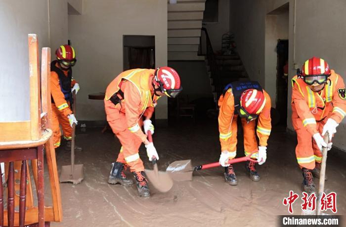 消防员们帮助受灾群众家清淤。巴中消防提供