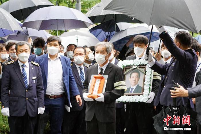 7月13日,已故首尔市市长朴元淳出殡、举行遗体告别仪式。图为朴元淳亲属、工作人员等护送遗像至遗体告别仪式现场。 中新社记者 曾鼐 摄