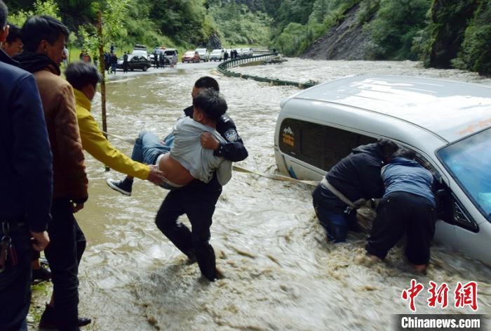 杏悦:巴等地因降杏悦雨洪水上路公路图片